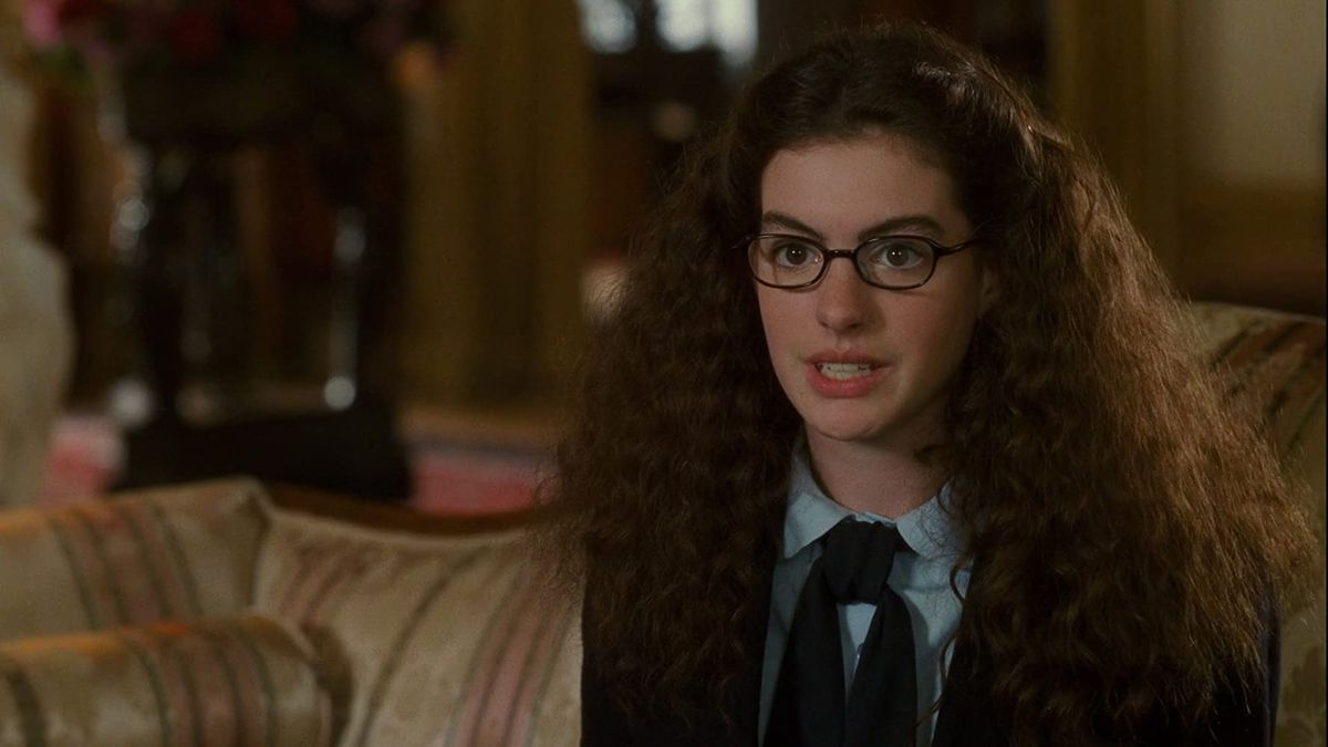 Mia (Anne Hathaway) with frizzy hair in a screenshot from The Princess Diaries